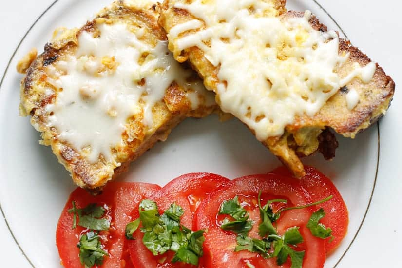 Garlic cheesy grenki are the Russian take on savory French toast, a quick and cheesy breakfast dish #breakfast #vegetarian #cheese