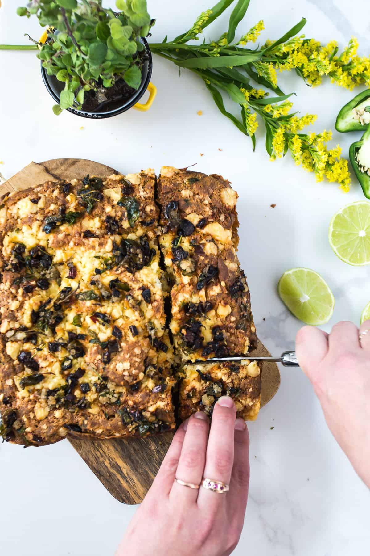 нарязване на парче сирене от чили царевичен хляб