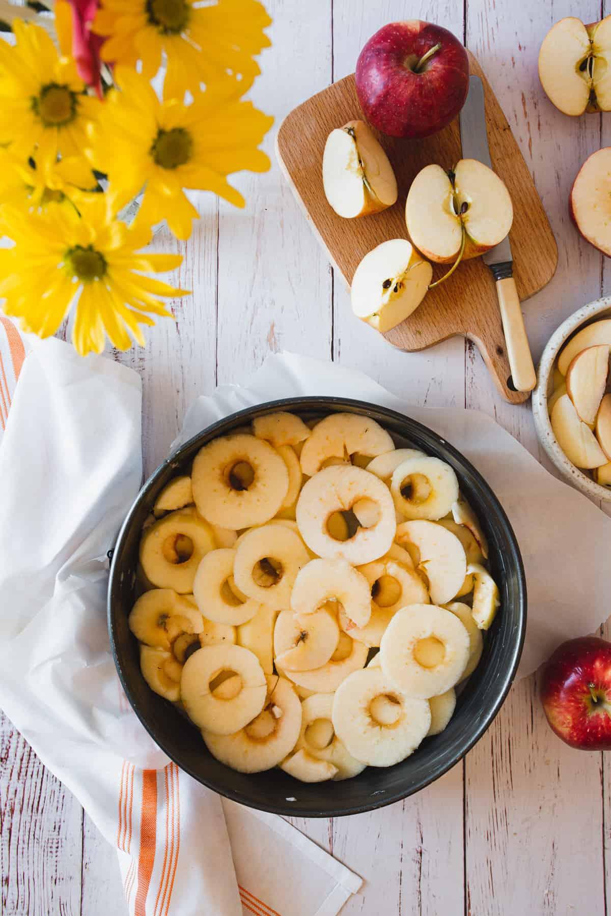 apples in cake pan
